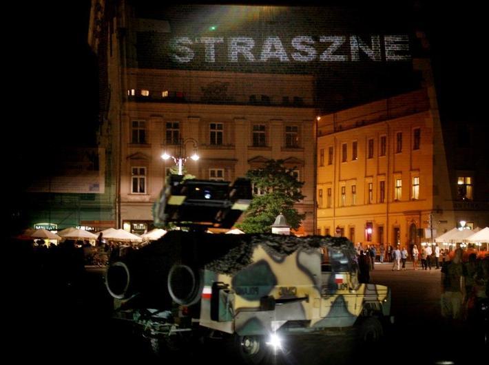 //Projekcja weteranów wojennych// Krzysztofa Wodiczko na krakowskim Rynku, fot. Tomasz Żurek