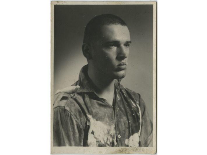 Krzysztof Niemczyk z drewnianym  ptaszkiem na ramieniu, początek lat 60.