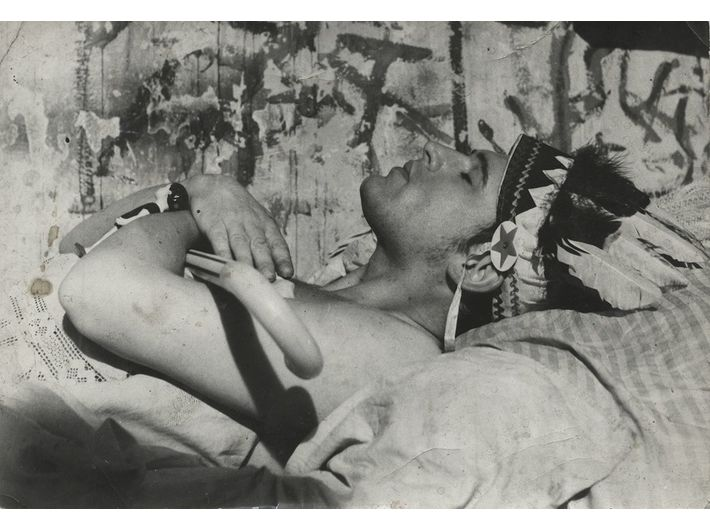 Krzysztof Niemczyk z laską podarowaną przez Tadeusza Kantora, przed 1970 r.