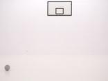 Rafał Jakubowicz, ti tabu dibu daj, 2007, instalacja: obraz olejny (105 × 180 cm), betonowy odlew piłki (obwód 75 cm, średnica 23,86 cm)1