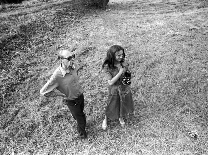 """Marian Eile i Anna Arvay podczas sesji fotograficznej dla czasopisma """"Szpilki"""", lata 70., Archiwum MOCAK-u"""
