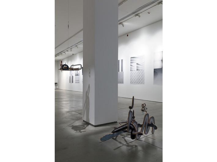 Wystawa //Logiczna emocja. Współczesna sztuka japońska//. Na pierwszym planie praca Teppei Kaneuji, //Duch w płynnym pokoju (metal #1–3)//, 2014 - 8