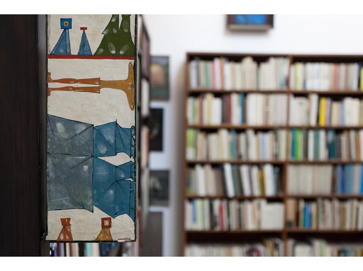 Biblioteka Mieczysława Porębskiego, na zdjęciu widoczny fragment pracy Jerzego Nowosielskiego, //Akt z wariantami//, 1960, olej / drewno, 60 × 11 cm, fot. Rafał Sosin