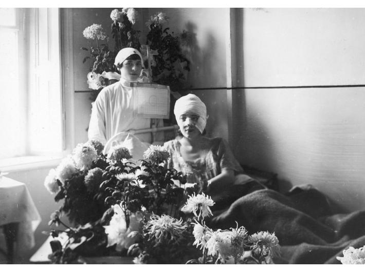 Aktorka Maria Malicka w sali szpitalnej po wypadku samochodowym (1929), zbiory Narodowego Archiwum Cyfrowego