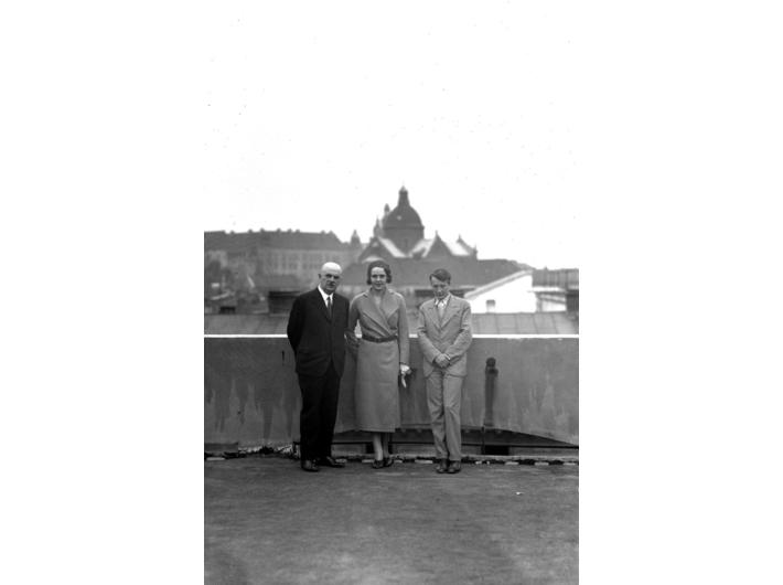 Aktorka Zofia Batycka na dachu Pałacu Prasy (lipiec 1930), zbiory Narodowego Archiwum Cyfrowego