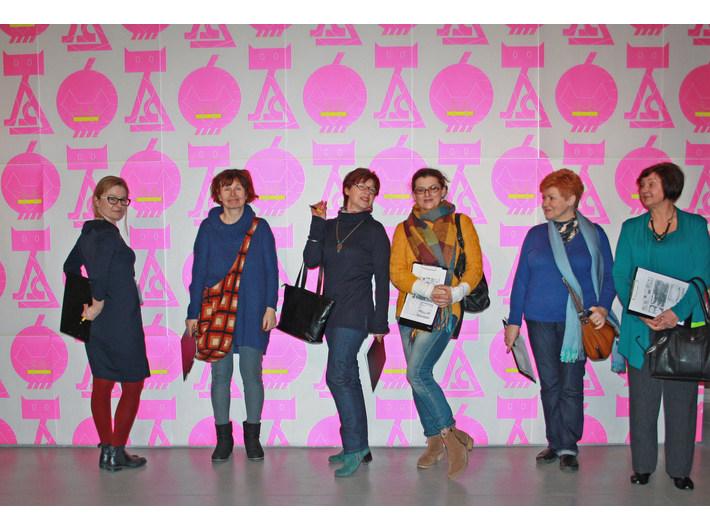 Warsztaty z cyklu //Czas na sztukę//, 12.3.2015, wystawa //Logiczna emocja. Współczesna sztuka japońska//, w tle praca Kazunariego Hattoriego, //Tapeta//, 2014, własność artysty, © Kazunari Hattori