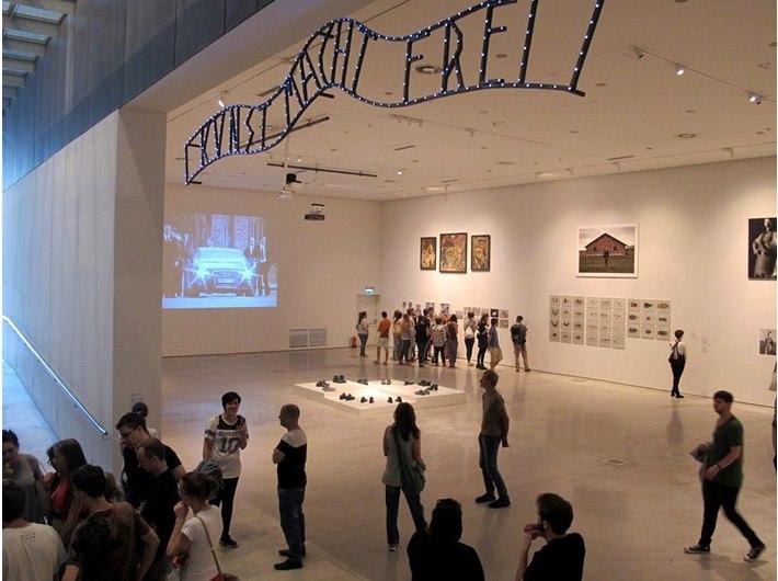//POLIN Meeting Point – Summer Education School// w MOCAK-u, 23.8.2015, wystawa //Polska – Izrael – Niemcy. Doświadczenie Auschwitz//