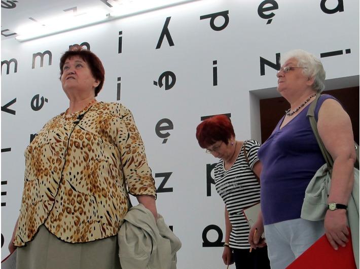 Warsztaty dla seniorów, Dział Edukacji MOCAK-u, wewnątrz instalacji Stanisława Dróżdża Między, 1977/2004, Kolekcja MOCAK-u
