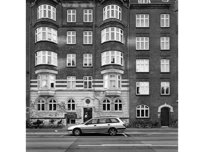 Wojciech Wilczyk, //Amager – Østrigsgade//, 2013, z cyklu //Blue Pueblo//, fotografia,  50 × 50 cm, courtesy W. Wilczyk