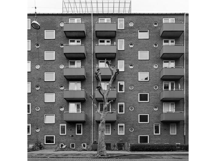 Wojciech Wilczyk, //Amager – Uplandsgade//, 2014, z cyklu //Blue Pueblo//, fotografia, 50 × 50 cm, courtesy W. Wilczyk