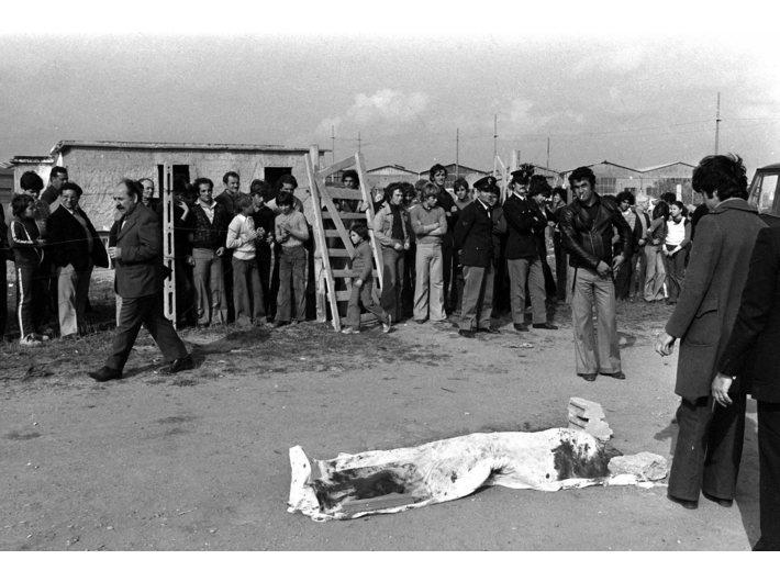 Zdjęcie z 2 listopada 1975 roku ukazujące ciało zamordowanego Pierra Paola Pasoliniego fot. PAP/EPA