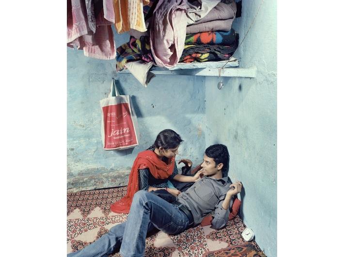 Max Pinckers, //Rajnish i Pooja w schronisku prowadzonym przez Love Commandos//, nieujawniona lokalizacja, Indie, 2013, z cyklu //Czy zaśpiewają niczym krople deszczu, czy nie ugaszą mojego pragnienia// © Max Pinckers