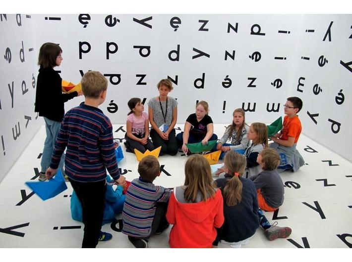 Warsztaty edukacyjne, wewnątrz instalacji Stanisława Dróżdża //Między//, 1977/2004, wystawa Kolekcji MOCAK-u