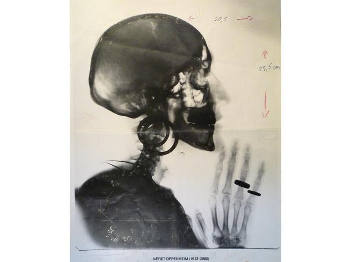 Meret Oppenheim, //Szkic do zdjęcia rentgenowskiego czaszki M.O. (Entwurf für X-Ray – Röntgenaufnahme des Schädels M.O.)//, 1978, fotografia z odręcznymi notatkami Meret Oppenheim, 34,5 × 27,5 cm, Collection T.A.L., Hamburg