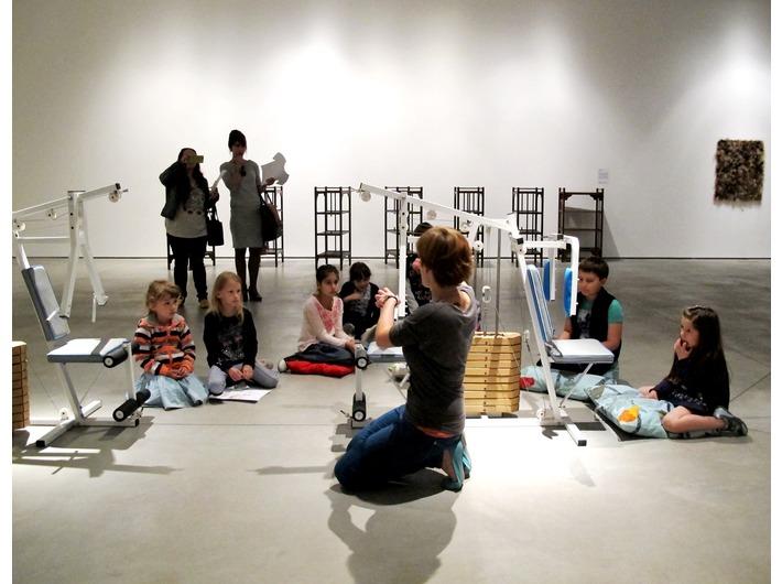 Warsztaty edukacyjne z cyklu //Twórcza Kolekcja//, wystawa Kolekcji MOCAK-u, na pierwszym planie widoczna praca Zbigniewa Libery //Body master. Zestaw zabawowy dla dzieci//