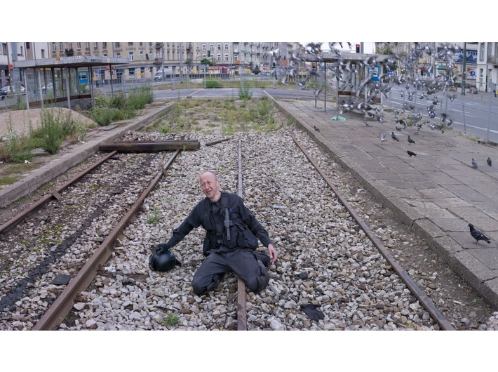 Zbigniew Libera, //Wrażliwy policjant//, 2012, fotografia, 104 × 180 cm