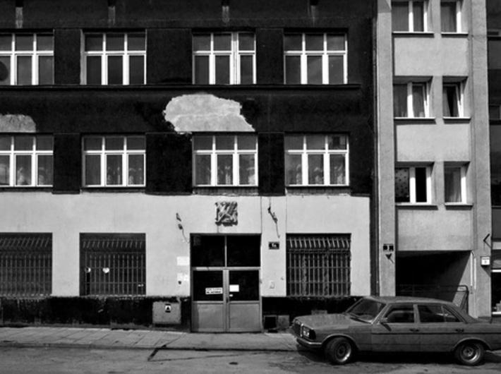 Gryf drukarski na dawnym zakładzie poligraficznym przy ul. Jana Tarnowskiego