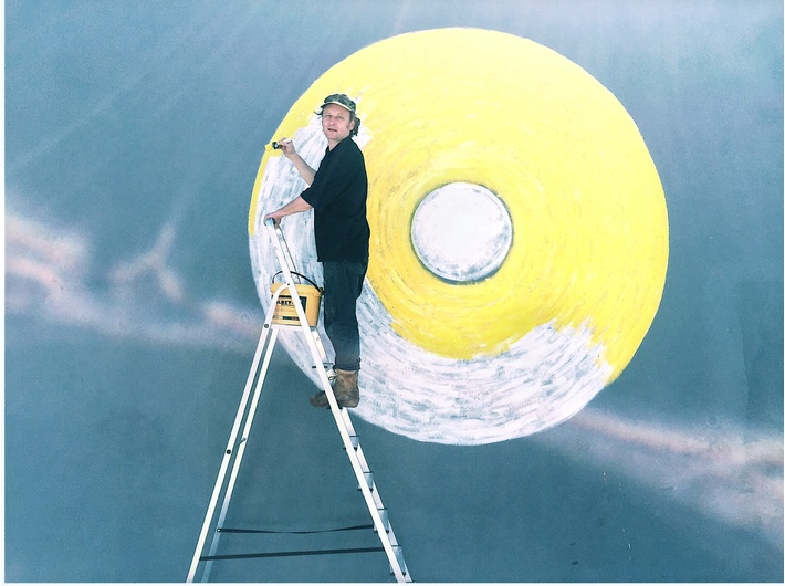 Piotr Lutyński podczas tworzenia muralu