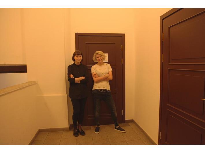 Marta Nawrot i Jana Moroz przed performansem, 14.7.2016, WBP w Krakowie, fot. MUTRO Art: Alina Savarovska, Nastia Vorobiova