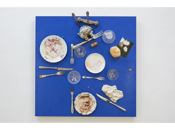 Daniel Spoerri, //Bistro świętej Marty// (//Das Bistro der heiligen Martha//), 2014, asamblaż, 71,5 × 71,5 × 35,5 cm, courtesy D. Spoerri, LEVY Galerie, Hamburg