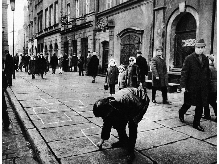 Jarosław Kozłowski, //Ekspedycja I – Kreślenie//, 1969–1970, fotografia, 20 × 27 cm, courtesy J. Kozłowski