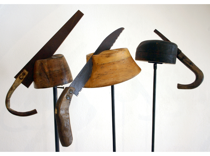 Daniel Spoerri, //Pióra do kapelusza (Hutfedern)//, 2005, instalacja, 39 elementów, courtesy Daniel Spoerri, LEVY Galerie, Hamburg