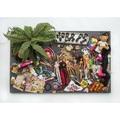Daniel Spoerri, //To zostaje! Pchli targ w Wiedniu, sobota, 28 listopada 2015 roku, godz. 17 (Was bleibt! Flohmarkt Vienna, Samstag, 28. November 2015, 17 h)//, 2015, asamblaż, 85 × 140 × 32 cm, kolekcja prywatna593