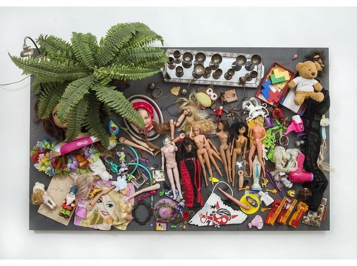 Daniel Spoerri, //To zostaje! Pchli targ w Wiedniu, sobota, 28 listopada 2015 roku, godz. 17 (Was bleibt! Flohmarkt Vienna, Samstag, 28. November 2015, 17 h)//, 2015, asamblaż, 85 × 140 × 32 cm, kolekcja prywatna