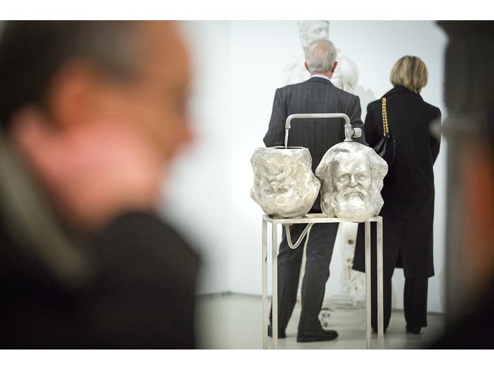 Otwarcie wystawy prac z Kolekcji MOCAK-u w Rzymie, fot. Giovanni Stella, courtesy Fondazione MAXXI | w tle praca Krzysztofa M. Bednarskiego //Czytanie// Kapitału (Das Kapital //lesen//) (2014)