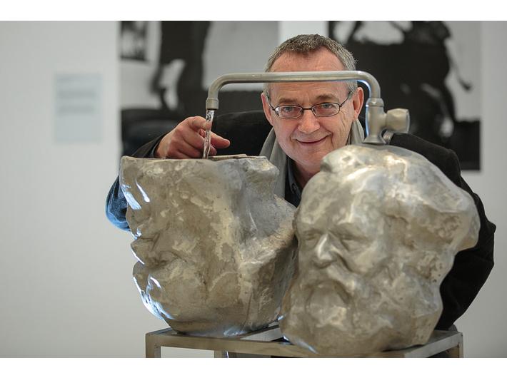 Otwarcie wystawy prac z Kolekcji MOCAK-u w Rzymie, fot. Giovanni Stella, courtesy Fondazione MAXXI | Krzysztof M. Bednarski ze swoją pracą //Czytanie Kapitału// (2014)