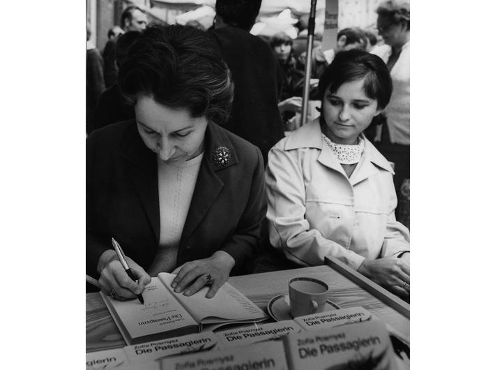 Zofia Posmysz podpisująca pierwsze niemieckie wydanie //Pasażerki// na Targach Książki w Rostocku w 1969, fot. prywatne archiwum Zofii Posmysz