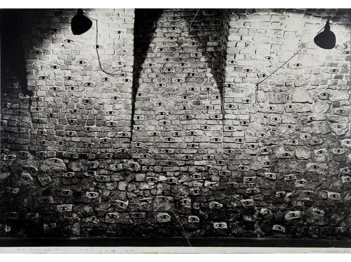 John Blake, //600 oczu dla Krzysztoforów//, 1981, fotografia instalacji, 126 × 179,3 cm, Archiwum MOCAK-u