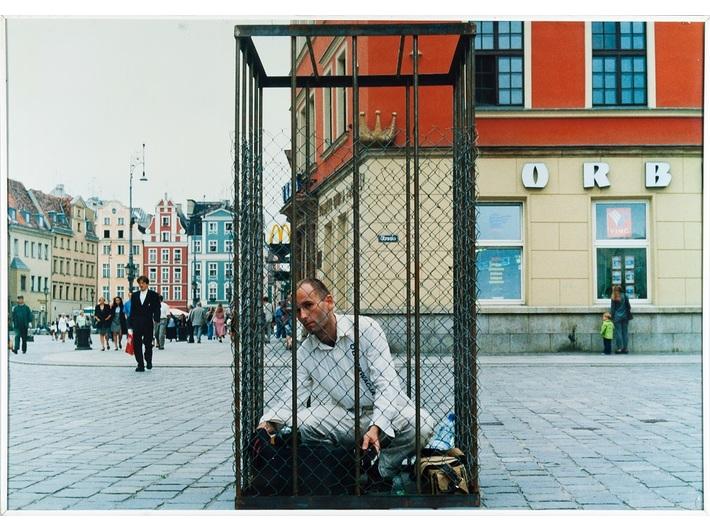Jacek Zachodny, //Obserwacja//, 1998, fotografia z akcji, 70 × 100 cm, Archiwum MOCAK-u