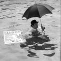 Ben Vautier pływa w porcie w Nicei, 26 lipca 1963, Nicea, podczas Fluxus Festival dArt Total (et du Comportement); fot. Philippe Franèois94