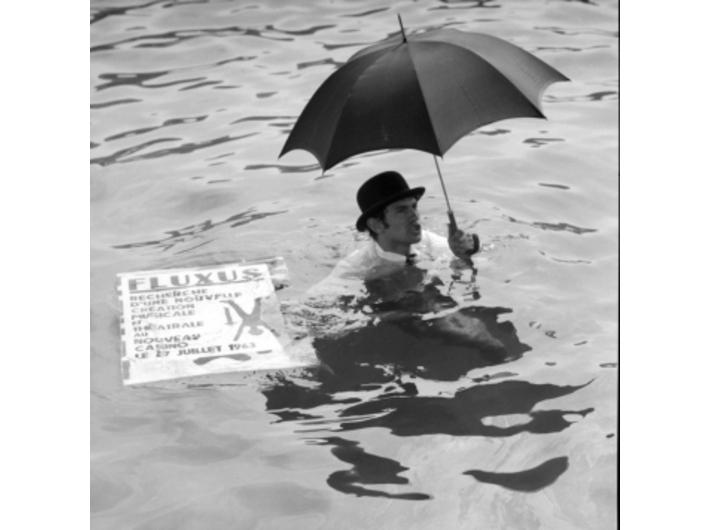 Ben Vautier pływa w porcie w Nicei, 26 lipca 1963, Nicea, podczas Fluxus Festival dArt Total (et du Comportement); fot. Philippe Franèois