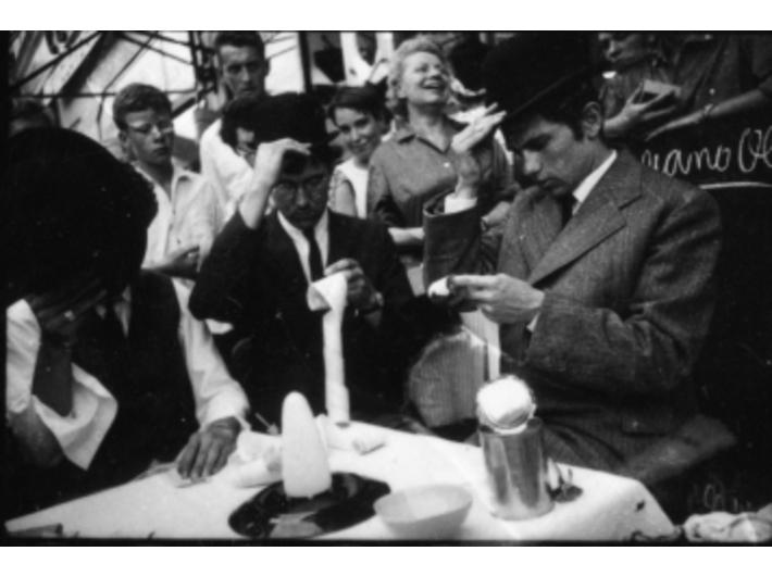 Robert Bozzi, George Maciunas i Ben Vautier przedstawiają //In Memoriam to Adriano Olivetti// Georgea Maciunasa, 26 lipca 1963, Nicea, podczas Fluxus Festival dArt Total (et du Comportement); fot. Philippe Franèois