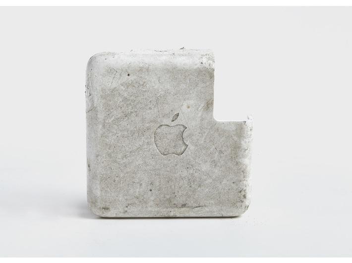 Diana Lelonek, //Zasilacz Apple//, z cyklu //Liban i Płaszów – nowa archeologia//, 2017, fotografia obiektu znalezionego, © D. Lelonek
