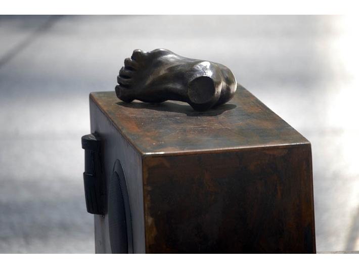 Anita Glesta, //Guernika//, rzeźbiarska instalacja dźwiękowa na Chase Manhattan Plaza, Nowy Jork 2007