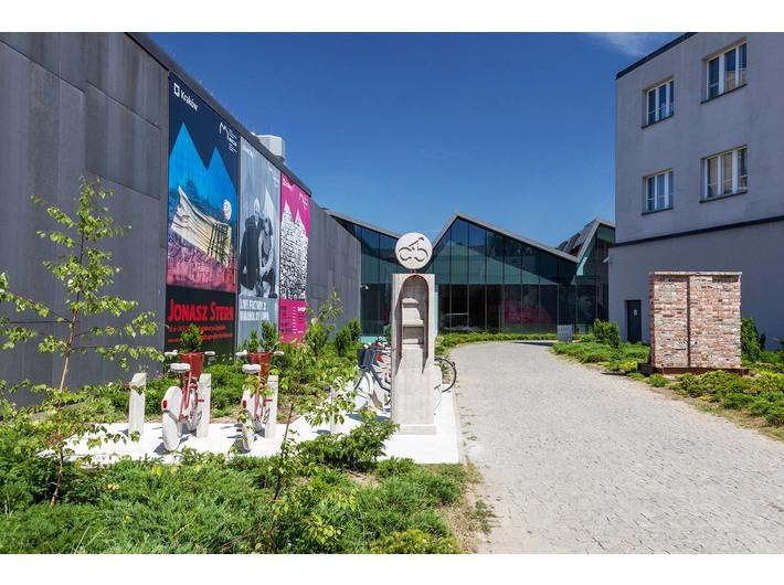 Leopold Kessler, //Surrogate City Bike Station / MOCAK 2015//, 2015/2017 oraz Dorota Nieznalska, 1973, Polska, //Dar Gdańska dla Krakowa//, 2017, fot. R. Sosin