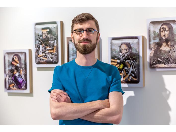 Maciej Kłuś przy pracach Manfreda Grübla, wystawa //Sztuka w sztuce//, fot. Rafał Sosin
