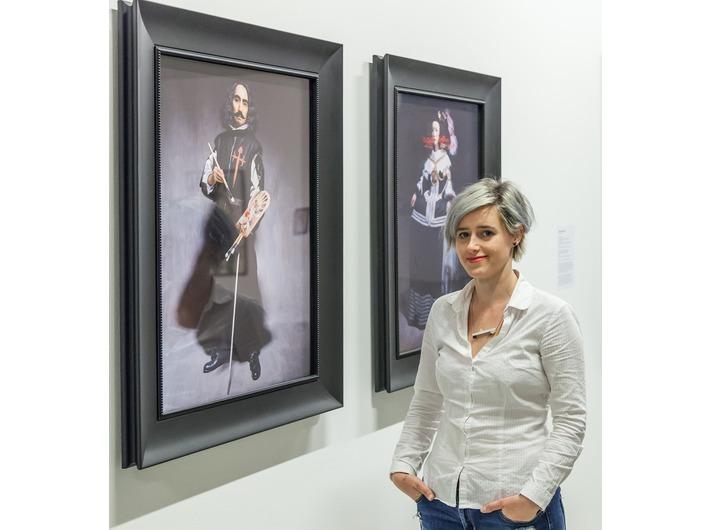 Katarzyna Wincenciak przy pracach Yasumasy Morimury, wystawa //Sztuka w sztuce//, fot. Rafał Sosin