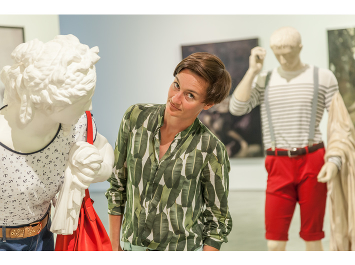 Zofia Kerneder-Giemborek przy pracach Léo Caillarda, wystawa //Sztuka w sztuce//, fot. R. Sosin