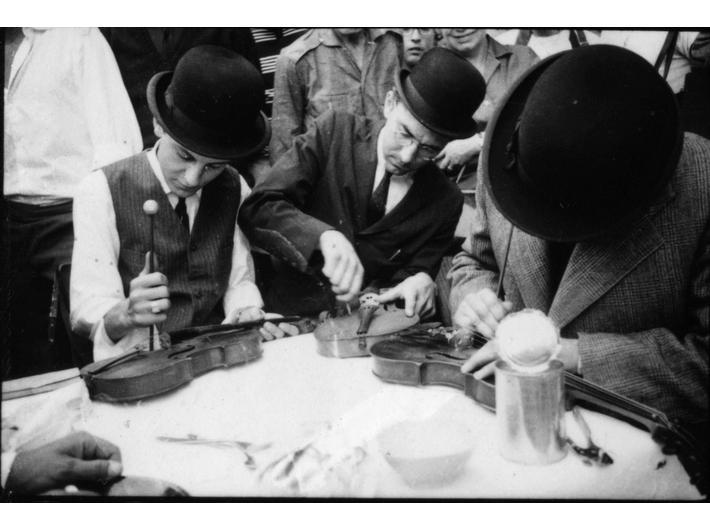 Robert Bozzi, George Maciunas i Ben Vautier przedstawiają //Two Sounds// La Monte Younga, 26 lipca 1963, Nicea, podczas Fluxus Festival d'Art Total (et du Comportement); fot. Philippe François