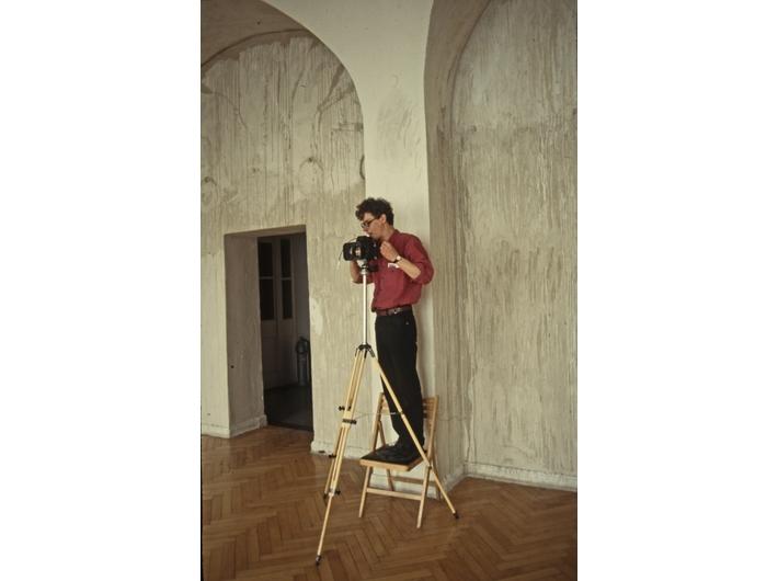 Mikołaj Smoczyński dokumentujący wystawę w CSW Zamek Ujazdowski, 1993
