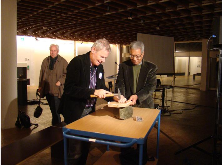 Harry Ruhé i Ben Patterson wbijają ostatnie gwoździe do trumny instytucjonalizacji Fluxusu. Podczas konferencji przygotowującej FLUXUS HEUTE, Akademia Sztuk Pięknych, Hanseatenweg, 22 października , fot. Franziska Arsand