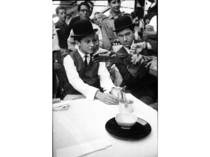 Robert Bozzi i George Maciunas, przedstawiają //Gloves// Dicka Higginsa, Nicea, lipiec 1963, fot. Philippe Francois
