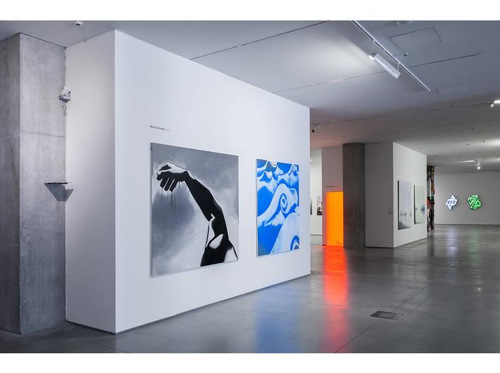 Wystawa //Artyści z Krakowa. Generacja 1970–1979//, na pierwszym planie widoczne prace Wilhelma Sasnala, fot. R. Sosin
