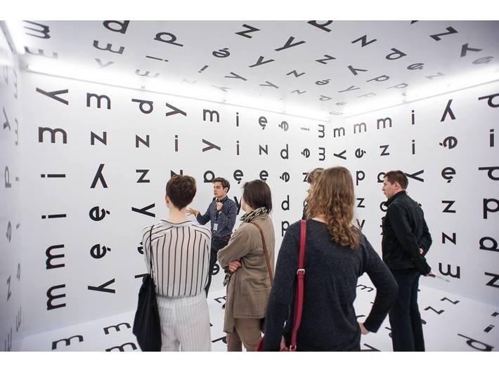 Wewnątrz instalacji Stanisława Dróżdża //Między//, 1977/2004, Kolekcja MOCAK-u, fot. Marcin Świdziński,