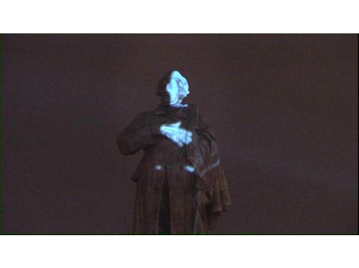 Krzysztof Wodiczko, //Projekcja na pomnik Adama Mickiewicza//, 2008, dokumentacja wideo, 18 min 44 s, Kolekcja MOCAK-u