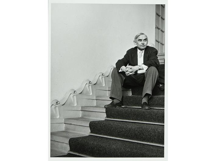 Friedrich Vordemberge-Gildewart na schodach w Osthaus-Museum Hagen, 1957, courtesy Museum Wiesbaden Archiv